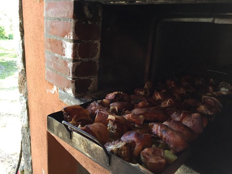 サルデーニャの子豚。薪のオーブンで3~4時間かけてじっくり焼く。