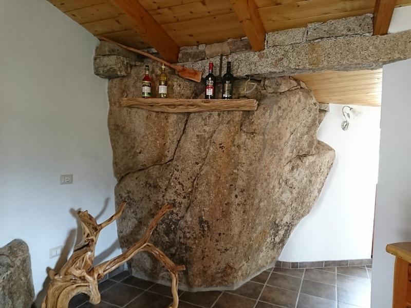 サルデーニャの花崗岩が組み込まれた部屋